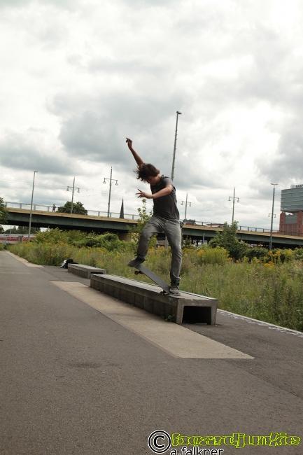 boardjunkie Thomas Crooked an einem kleinen Spot unmittelbar an der ehemaligen Berliner Mauer
