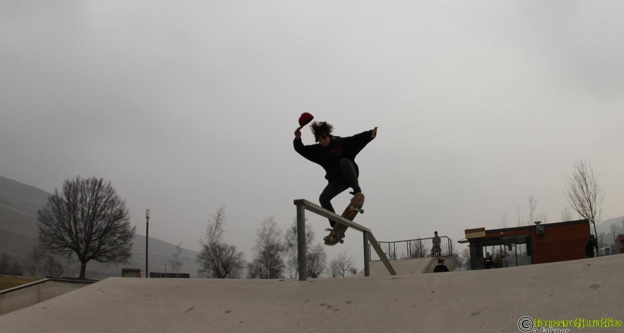 Boardslide by boardjunkie Thomas<br />aufgenommen im Skatepark Bingen&#8220; name=&#8220;Skatepark Bingen, (Park am M&auml;seturm / Kulturufer Bingen / LGS-Gel&auml;nde) &#8211; aufgenommen f&uuml;r www.boardjunkie.de&#8220;></a></td> <td><a href=